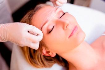 Mujer realizandose micropigmentación.