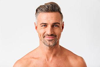 Hombre adulto con cabello frondozo.